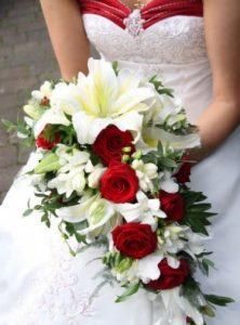 bouquet da sposa a cascata rosso e bianco
