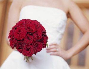 bouquet da sposa rosso tondo con rose