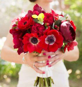 bouquet da sposa rosso con papaveri e fiori di campo