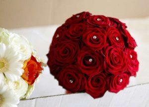 bouquet da sposa rosso tondo con cristalli